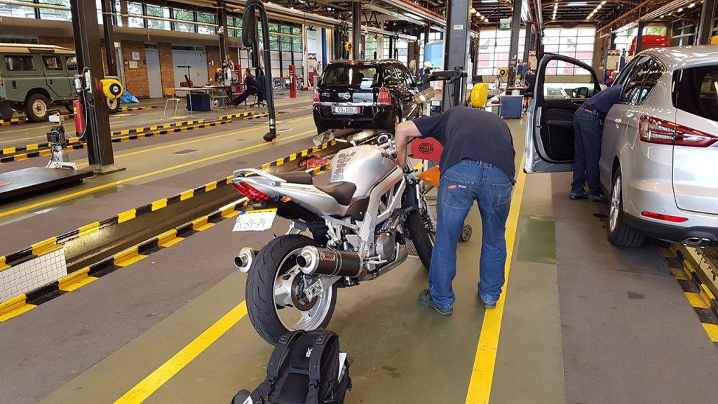 Motor bij RDW garage