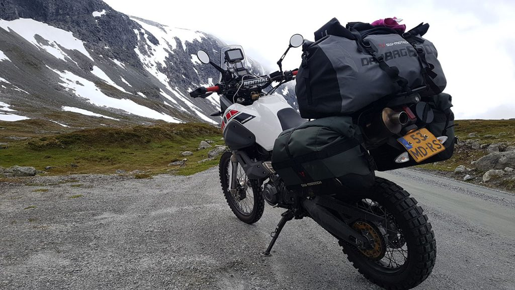 Bagage op de motor tijdens de motorvakantie in Noorwegen